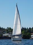 Slående vit segelbåt på sjöunion Royaltyfria Foton