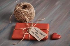 Slågen in gåva som binds upp med kabel, pappetikett med text arkivfoton