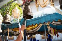 Slågen guld- Klocka färg och silver i templet, Bangkok, Thailand royaltyfria bilder
