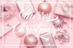 Slågen in xmas boxas, julprydnader och struntsaker Rosa julgåvor som isoleras på bakgrund för pastellfärgade rosa färger royaltyfri foto