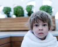slåget in barn för flicka handduk royaltyfria bilder