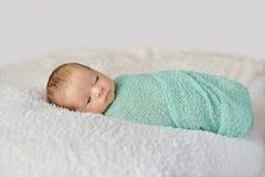 Slåget in nyfött behandla som ett barn Fotografering för Bildbyråer