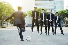 Slåget in upp i fotbolllek arkivfoton