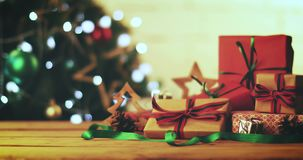 slågna in gåvor bredvid julträdet stock video