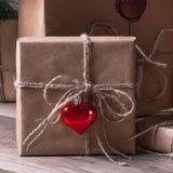 Slågna in gåvor som ligger under julgranen Royaltyfri Foto