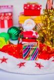 Slågna in gåvor som Santa Claus Arkivfoto
