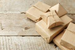 Slågna in julgåvor i packe för pappers- hantverk på tappningträbakgrund, kopieringsutrymme stilfulla gåvor, säsongsbetonade hälsn arkivbilder
