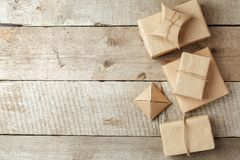 Slågna in julgåvor i packe för pappers- hantverk på tappningträbakgrund, kopieringsutrymme stilfulla gåvor, säsongsbetonade hälsn arkivfoton