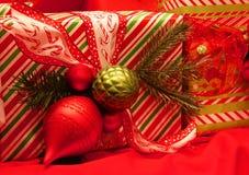 Slågna in julklappar Arkivbilder
