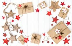 Slågna in stjärnor för garnering för jul för gåvaAdventkalender röda arkivbilder