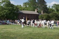 Slåss Beträffande-lag i den historiska koloniinvånaren Williamsburg var de tidigaste europeiska nybyggarna startade deras första  Royaltyfria Bilder