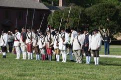 Slåss Beträffande-lag i den historiska koloniinvånaren Williamsburg var de tidigaste europeiska nybyggarna startade deras första  Arkivbilder