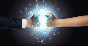 Slåss händer som bryter exponeringsglas royaltyfria foton
