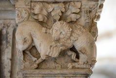 Slåss mellan lejonet och klosterMontmajour för tjuren c12th den romanska snida abbotskloster nära Arles Provence Royaltyfria Bilder