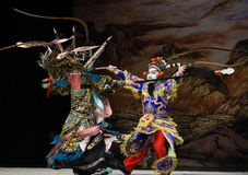 """Slåss mot generaler för PekingOpera"""" kvinnor av Yang Familyâ € Arkivbild"""
