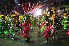 Slåss show av byinvånarekrigare Aung-Gor på gatan i stad under de kinesiska berömmarna för nytt år arkivfoton