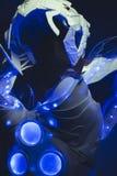 Slösa den blå korsetten som göras av handen med plast- stycken och, mekaniskt royaltyfria bilder