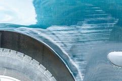 Slösa den skrapade bilen med skadad målarfärg i forcerad olycka på gatan eller parkeringsplatsen i staden Fotografering för Bildbyråer
