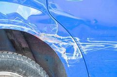 Slösa den skrapade bilen med skadad målarfärg i forcerad olycka på gatan eller sammanstötning på parkeringsplats i staden Arkivfoto