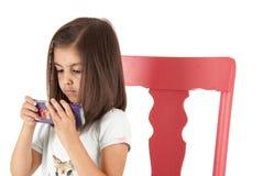 Slösa det synade lilla barnet med en blå virvelsugorgan Royaltyfri Foto
