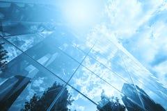 Slösa det tonade fotoet av skyskrapareflexionen i exponeringsglas mot solen Royaltyfri Foto