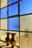 Slösa fönstret i en kyrka, Santorini, Grekland Arkivbilder