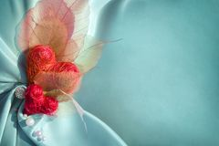 Slösa satängtorkduken med röda hjärtor Royaltyfria Bilder