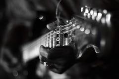 Slösar att spela för gitarr royaltyfri fotografi
