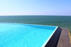 Slå samman hotellet Saman Villas på en vagga i Indiska oceanen Royaltyfria Bilder