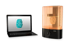 SLA 3D skrivare och bärbar datordator på vit bakgrund Royaltyfri Fotografi