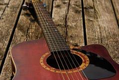 Sla omhoog rode akoestische gitaar stock foto's
