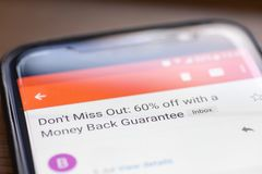 Sla weg 60 percenten met bericht van de geld het achterwaarborg e-mail op de close-up van het smartphonescherm niet over royalty-vrije stock foto
