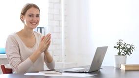 Slaand, Creatieve Ontwerper Woman Applauding bij het Werk voor het Winnen van Overeenkomst royalty-vrije stock foto's