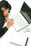 Slaap dichtbij door laptop Royalty-vrije Stock Foto
