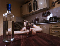 Slaap gedronken vrouw met omgekeerd glas ter beschikking royalty-vrije stock foto
