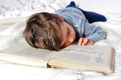 In slaap het vallen terwijl het lezen Stock Afbeelding