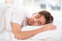 Slaap jonge mens Royalty-vrije Stock Afbeeldingen
