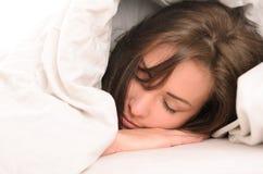 Slaap jonge vrouw omvat met deken Royalty-vrije Stock Foto
