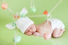 Slaap pasgeboren baby als Paashaas met eieren Royalty-vrije Stock Afbeeldingen