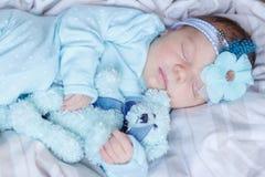 Slaap pasgeboren baby met een teddybeer royalty-vrije stock fotografie