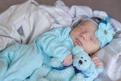 Slaap pasgeboren baby met een teddybeer stock afbeeldingen