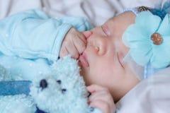 Slaap pasgeboren baby met een teddybeer royalty-vrije stock afbeeldingen