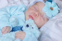 Slaap pasgeboren baby met een teddybeer royalty-vrije stock foto's