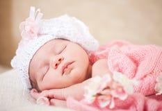 Slaap pasgeboren baby (op zijn 14 jaar dagen) Royalty-vrije Stock Afbeeldingen