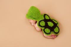 Slaap Pasgeboren Baby in Schildpadkostuum Royalty-vrije Stock Foto