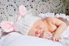 Slaap pasgeboren babymeisje royalty-vrije stock foto