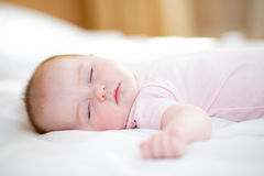 Slaap pasgeboren babymeisje Stock Foto