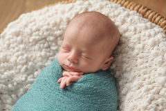 Slaap Pasgeboren die Babyjongen in Blauw wordt ingewikkeld Stock Afbeelding