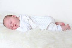 Slaap pasgeboren meisje (3 weken) Royalty-vrije Stock Fotografie