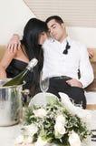 Slaap van het paar vermoeide na nieuwe jaarpartij Royalty-vrije Stock Afbeelding